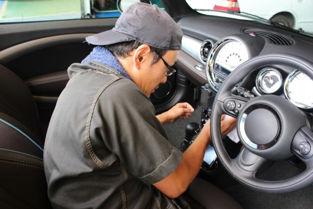 タバコの臭いを消すために車内をクリーニングしたらどれくらい費用がかかる?