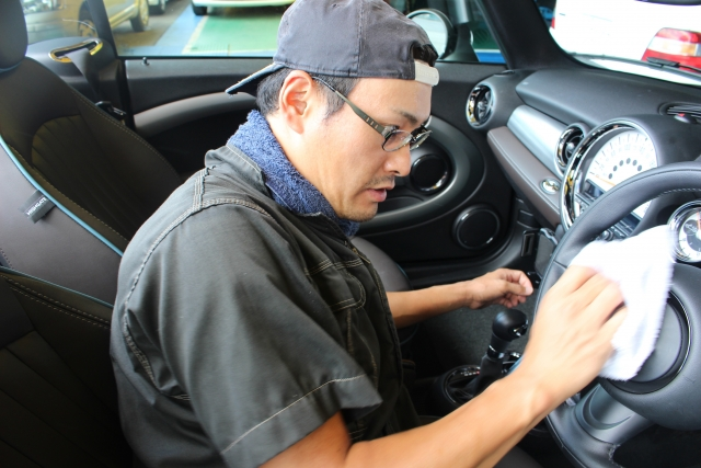 タバコの臭いを消すための車内クリーニングの内容