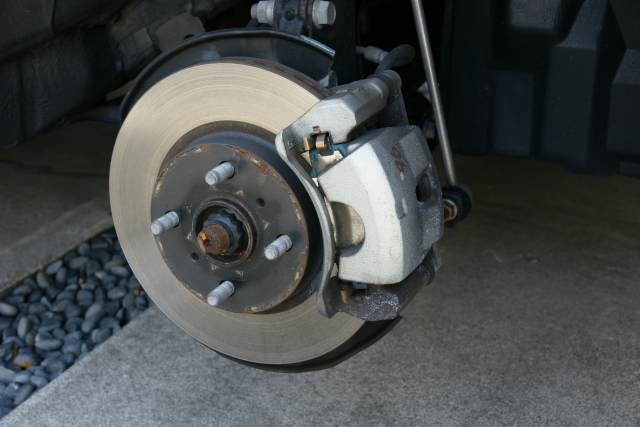 ブレーキキャリパーは走行距離10万キロを超えると交換が必要か?