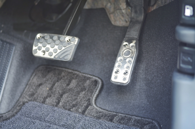まずは車を運転する時は常に触れているステアリングとアクセルペダルをチェック